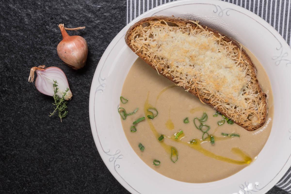 Κρεμμυδόσουπα βελουτέ & φουρνιστή μπρουσκέτα με τυριά 2