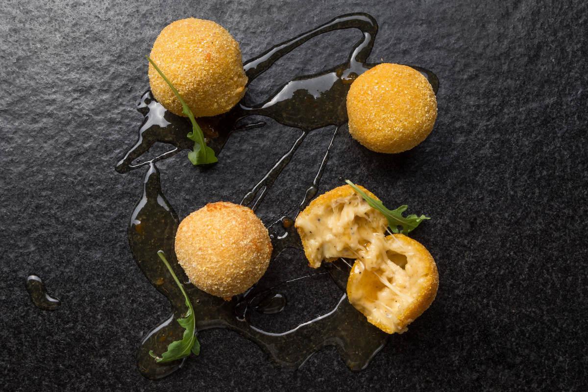 Κροκέτες τυριών με σάλτσα από πορτοκάλι και κύμινο 2