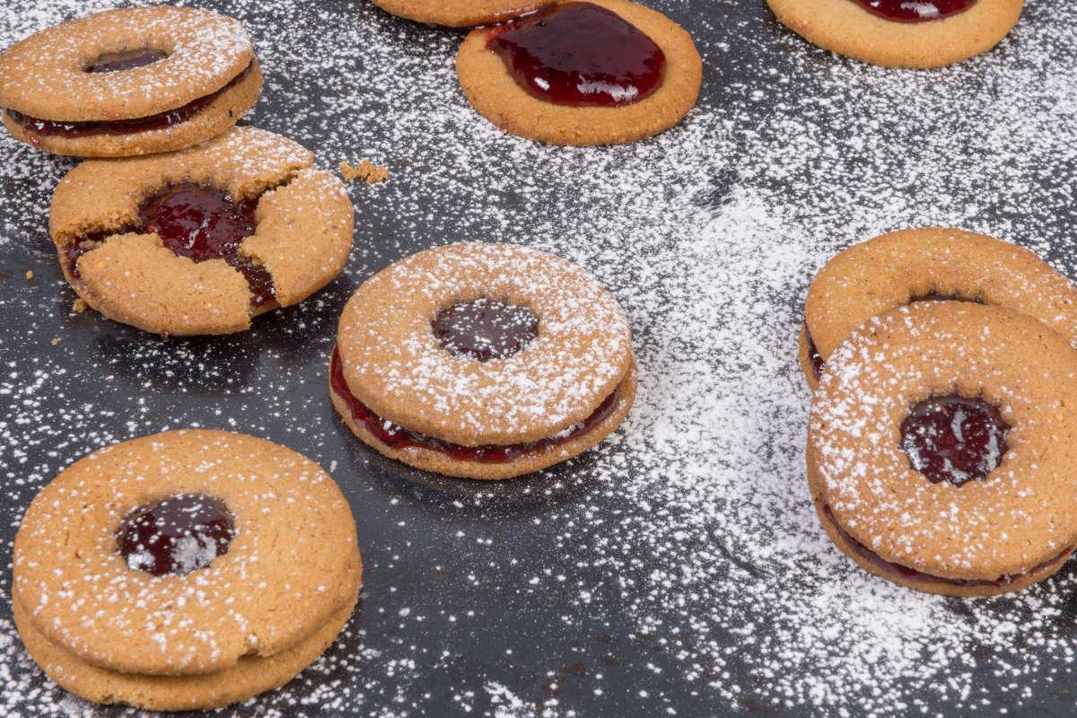 Μπισκότα με κανέλα, τζίντζερ, φουντούκια & μαρμελάδα από φρούτα δάσους 2