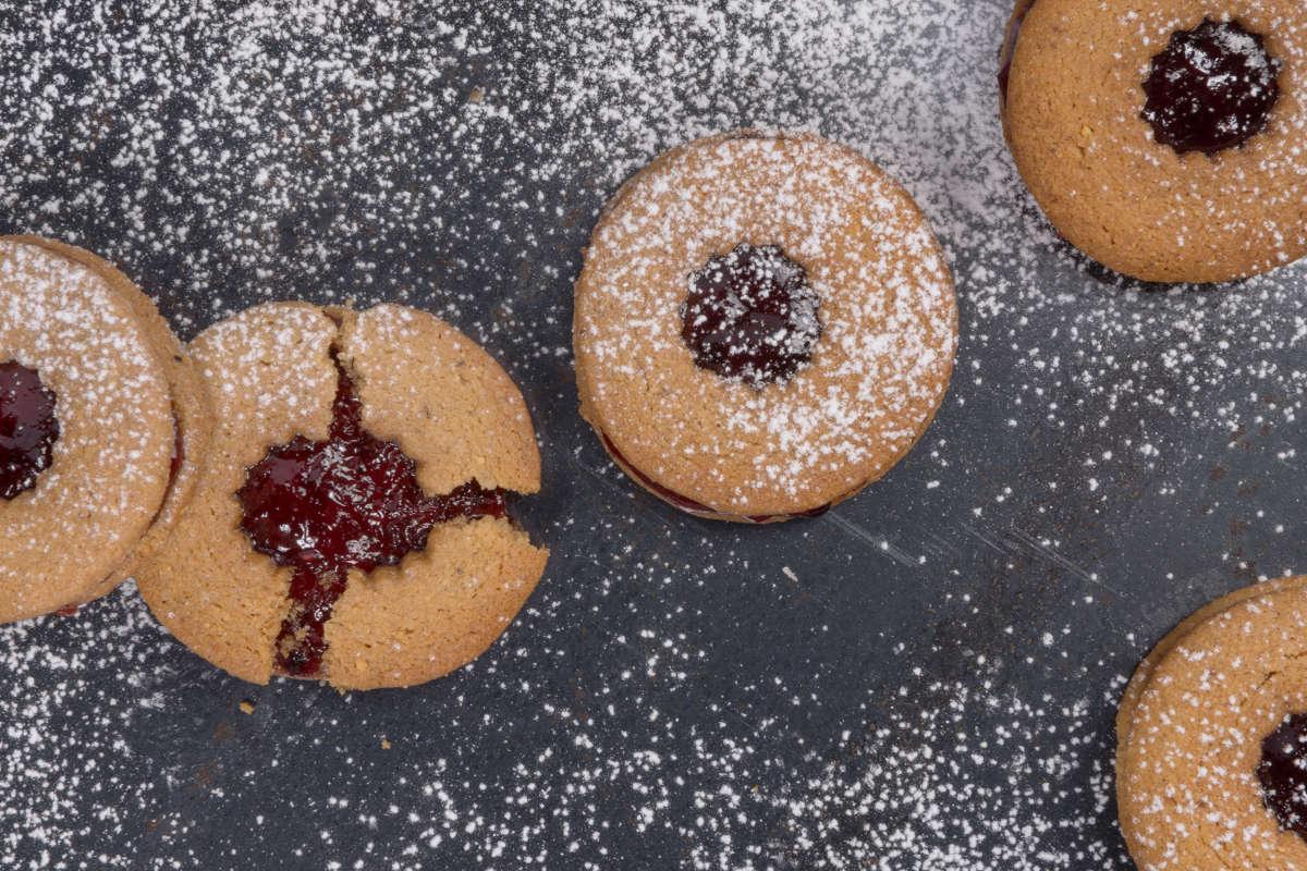 Μπισκότα με κανέλα, τζίντζερ, φουντούκια & μαρμελάδα από φρούτα δάσους 3