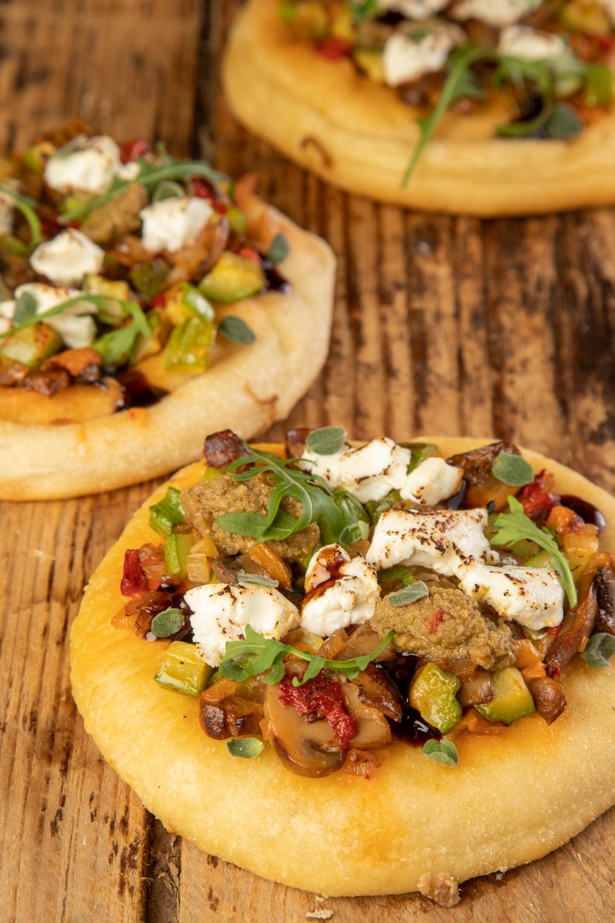 Πίτα-Πίτσα με λαχανικά, πάστα πράσινης ελιάς & κατσικίσιο τυρί 3