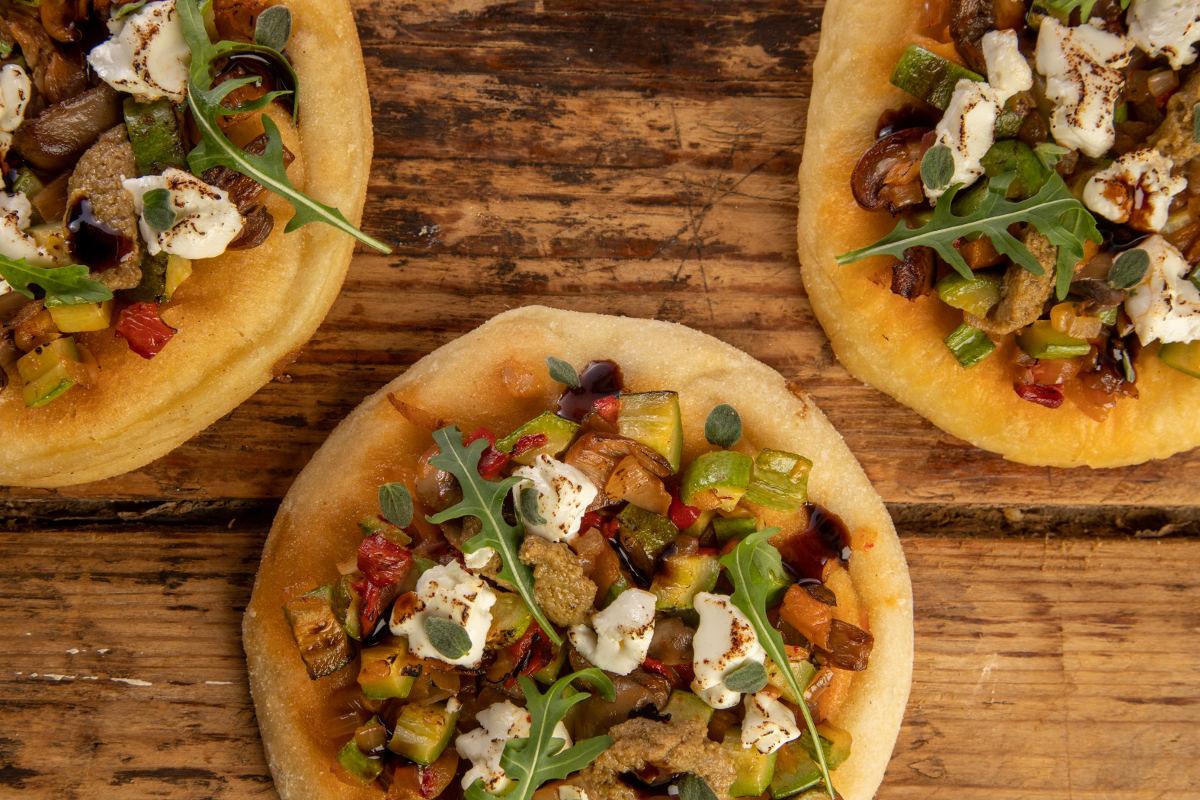 Πίτα-Πίτσα με λαχανικά, πάστα πράσινης ελιάς & κατσικίσιο τυρί 2