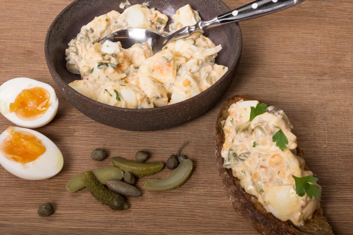 Αυγοσαλάτα με κάπαρη & αγγουράκι τουρσί 3