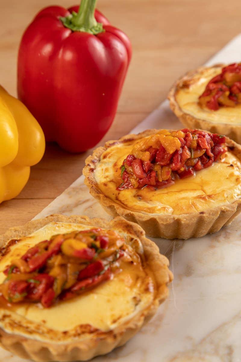 Τάρτα με κατσικίσιο τυρί, καραμελωμένα κρεμμύδια& σαλάτα από ψητές πιπεριές 2