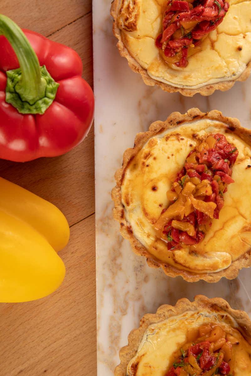 Τάρτα με κατσικίσιο τυρί, καραμελωμένα κρεμμύδια& σαλάτα από ψητές πιπεριές 3