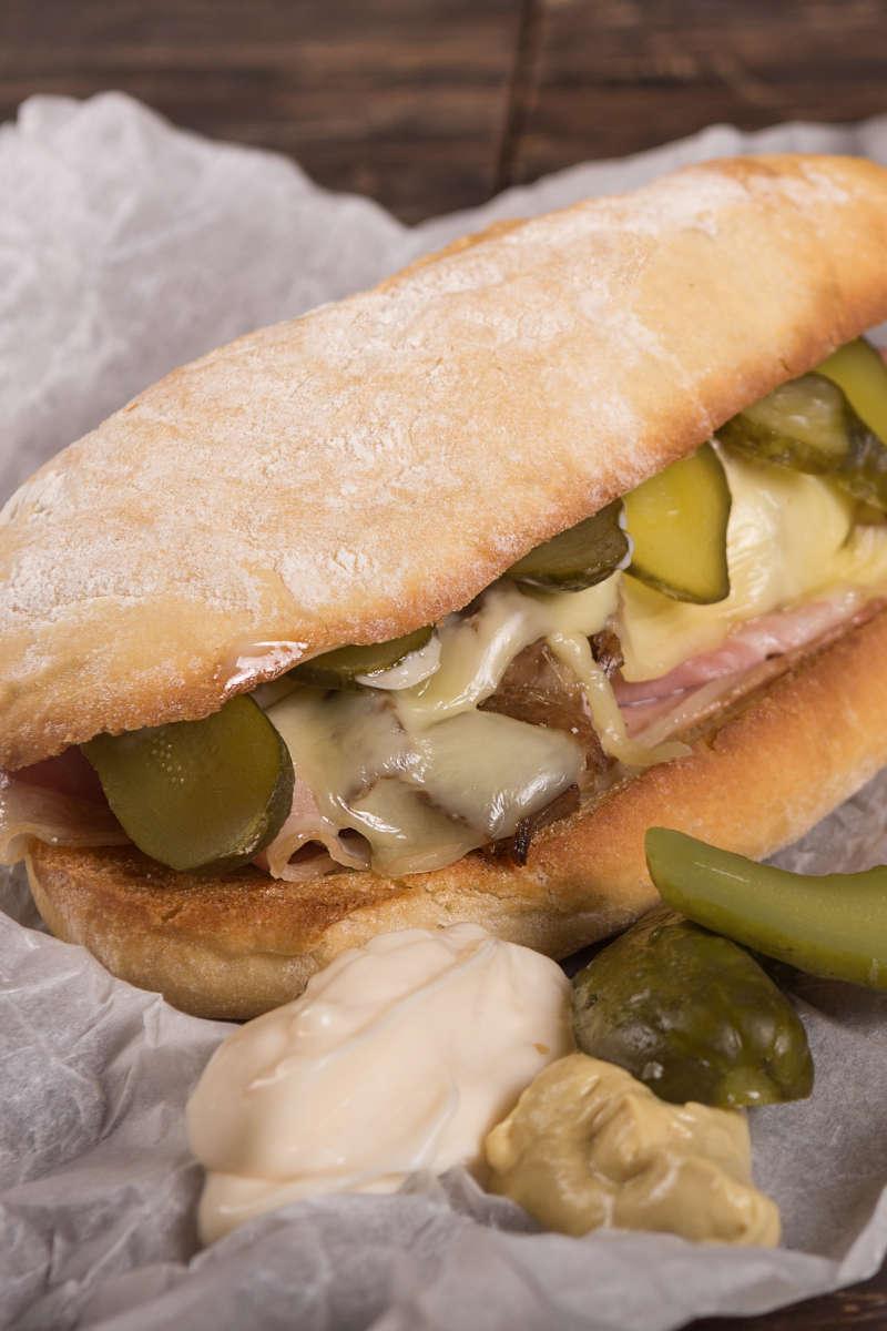 Σάντουιτς με χοιρινό, έμενταλ, πίκλες & μουστάρδα 2