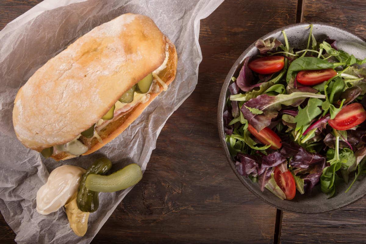 Σάντουιτς με χοιρινό, έμενταλ, πίκλες & μουστάρδα 3